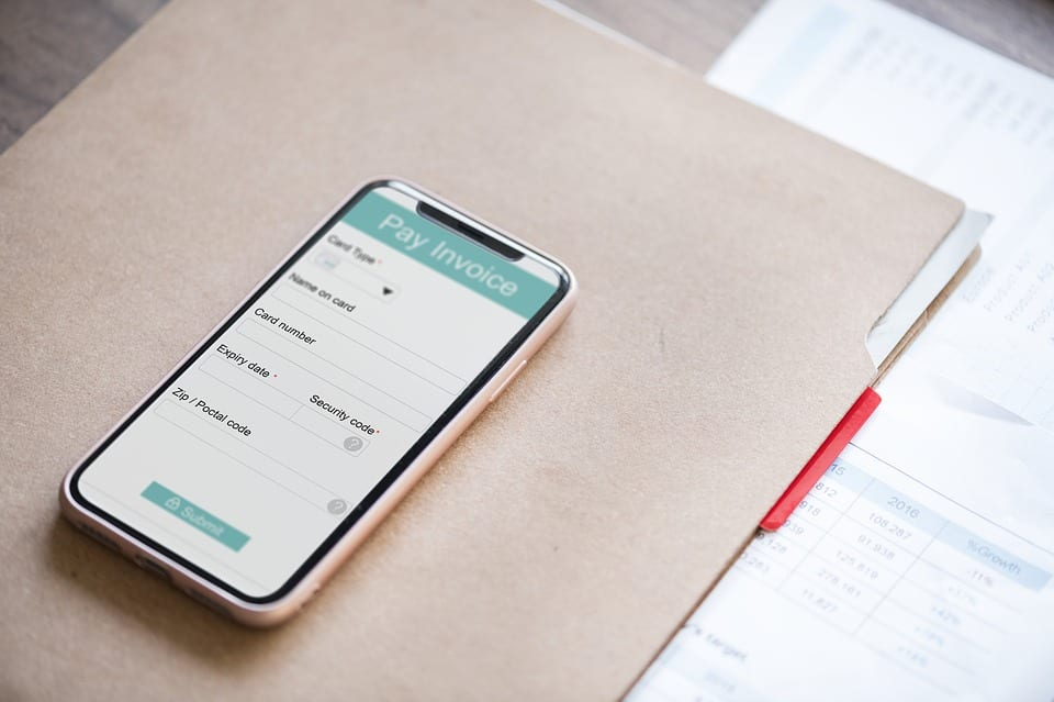 Smartphone mit Pay Invoice